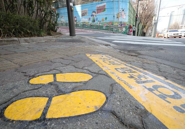 초등학교 앞 어린이 통학로에 횡단보도에 안전한 발걸음 노란발자국 프린팅이 붙어있다. 사진=뉴시스
